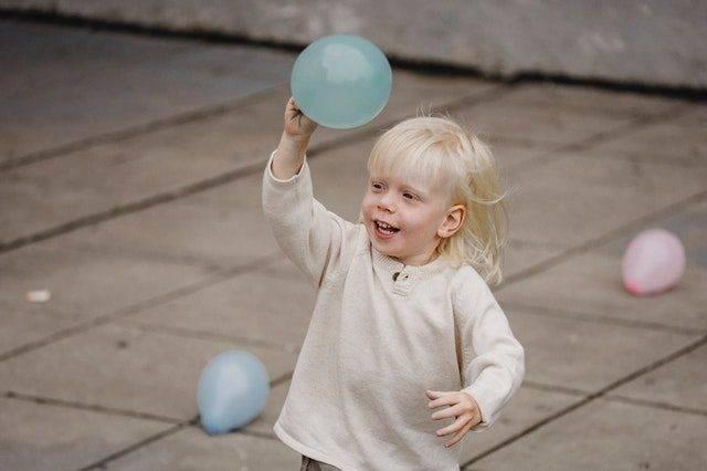 Rzucanie piłką -  kolejny etap rozwoju motorycznego dziecka